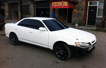Оклейка белым карбоном Toyota Mark II