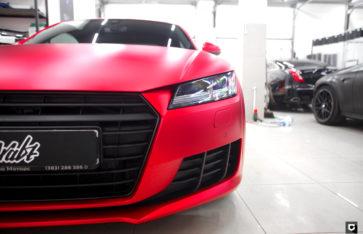 Audi TT оклейка кузова красной пленкой с эффектом матового хрома